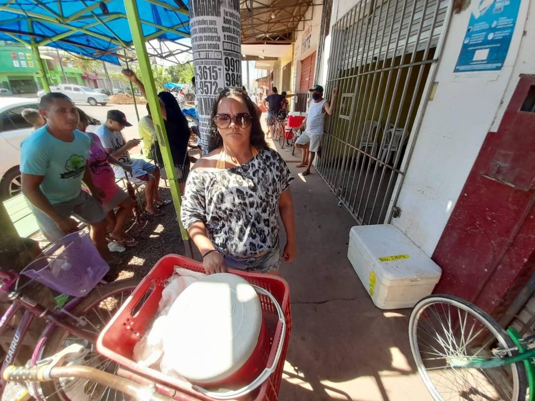 Autônoma Marinilda Azevedo na fila para comprar gelo em Macapá