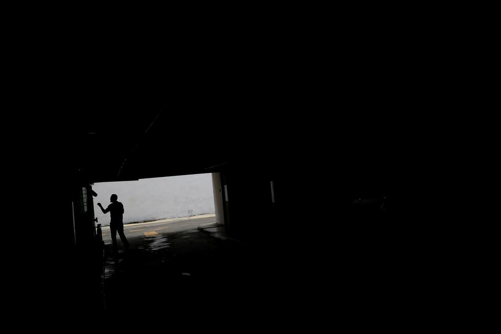 Homem caminha em garagem em Caracas em dia de blecaute na Venezuela — Foto: Carlos Garcia Rawlins/Reuters