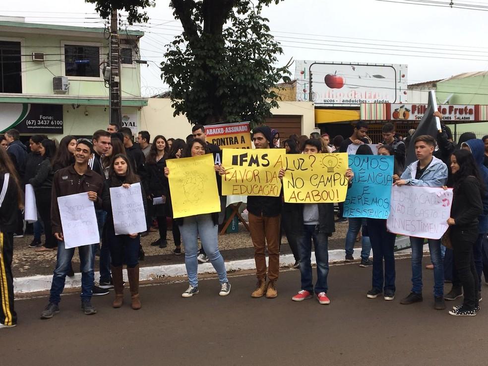 Estudantes do IFMS em manifestação em rua de Ponta Porã — Foto: Martim Andrada/TV Morena