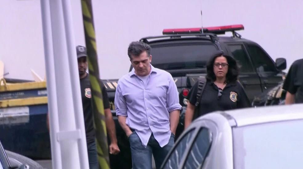 O empreiteiro Fernando Cavendish chega à sede da PF para prestar depoimento (Foto: Reprodução/GloboNews)