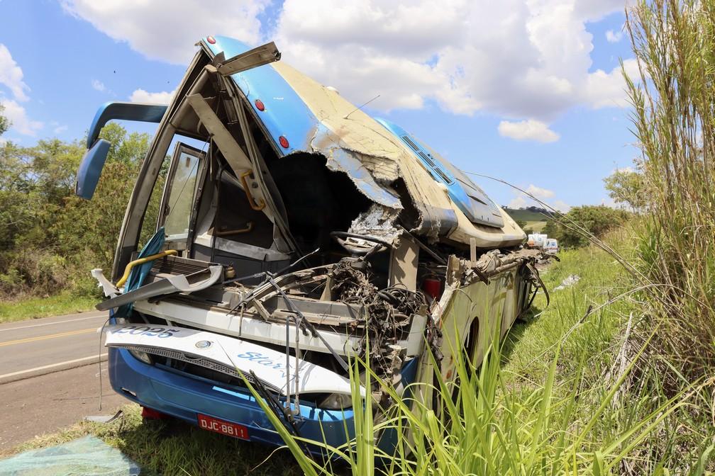 Ônibus destruído após acidente em Taguaí, SP — Foto: AP Photo/Juliano Oliveira
