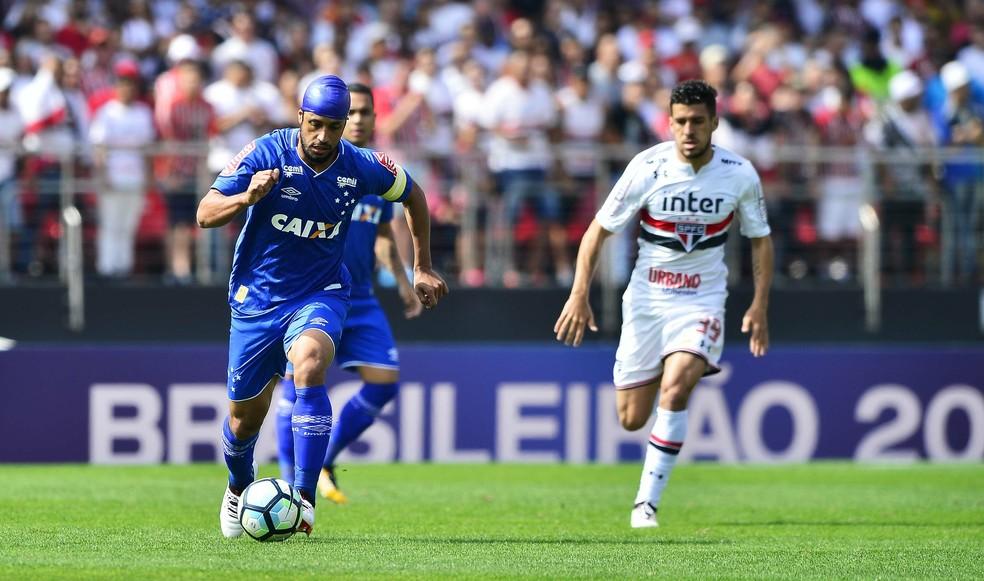 Léo sai da defesa do Cruzeiro sob perseguição de Marcinho (Foto: Marcos Ribolli)
