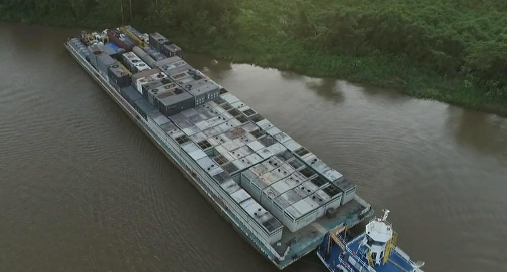 Balsa com geradores chegando ao Amapá pelo Rio Amazonas — Foto: Rede Amazônica/Reprodução