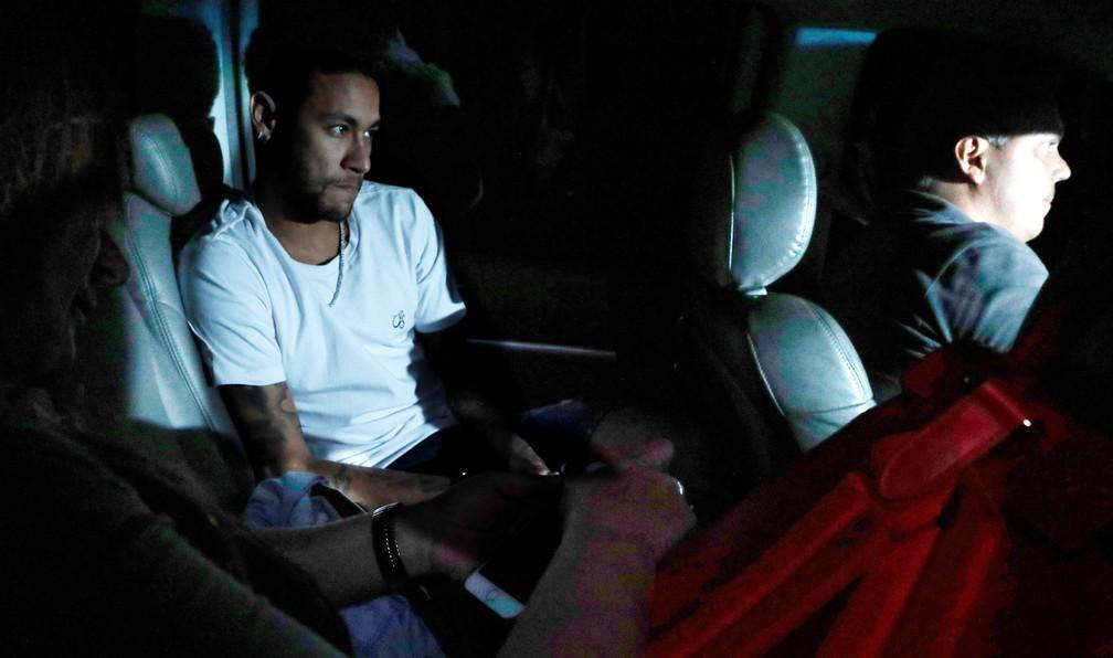 Neymar chega ao hospital acompanhado pela mãe, Nadine (Foto: Reuters)