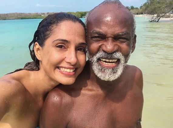 Camila Pitanga e o pai em praia na Colômbia em março deste ano  (Foto: Reprodução Instagram)