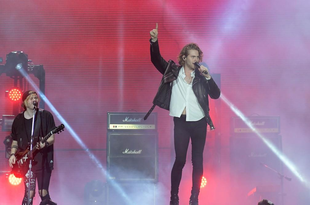 Luke Hemmings, vocalista do 5 Seconds of Summer, e o guitarrista Michael Clifford se apresentam no Palco Mundo do Rock in Rio 2017 (Foto: Alexandre Durão/G1)