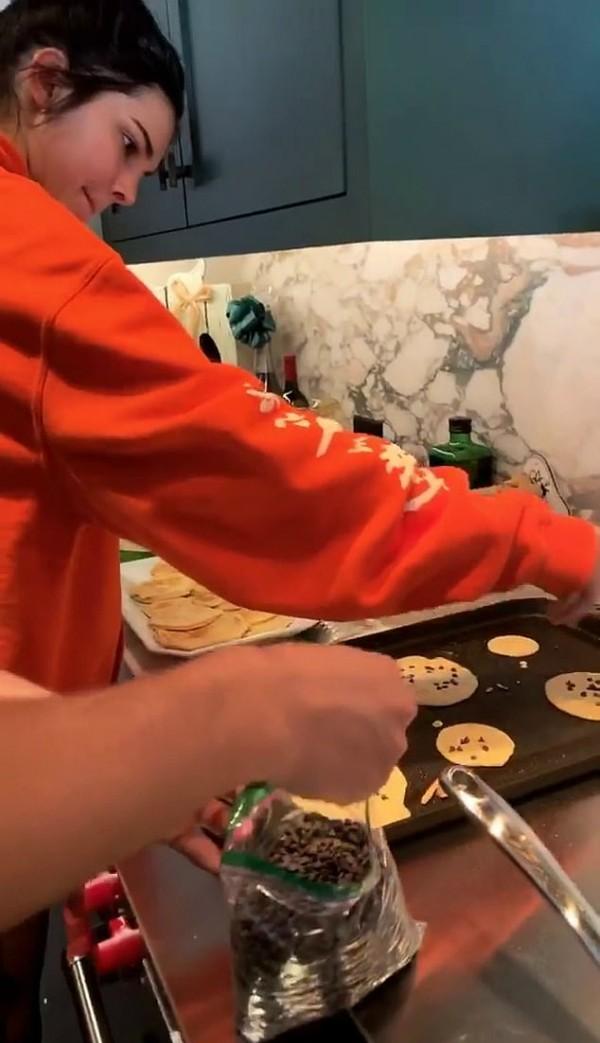 Kendall preparando suas panquecas (Foto: Reprodução Instagram)