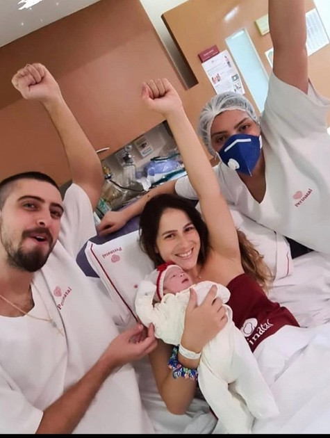 Eike Duarte com a namorada e a filha após o trabalho de parto (Foto: Arquivo Pessoal)