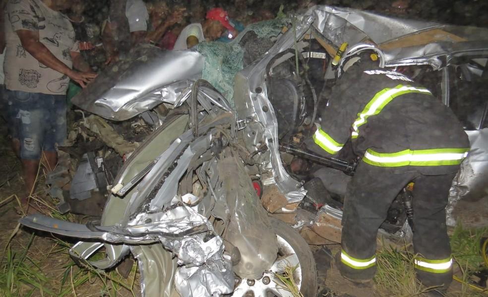 Bombeiros resgataram vítimas das ferragens — Foto: Repórter Edivaldo Braga/Blogbraga