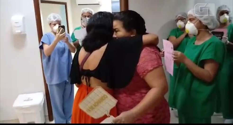 Flávia recebe abraço após receber alta da Covid-19 no Hospital Universitário, em São Luís — Foto: Divulgação/HUUFMA