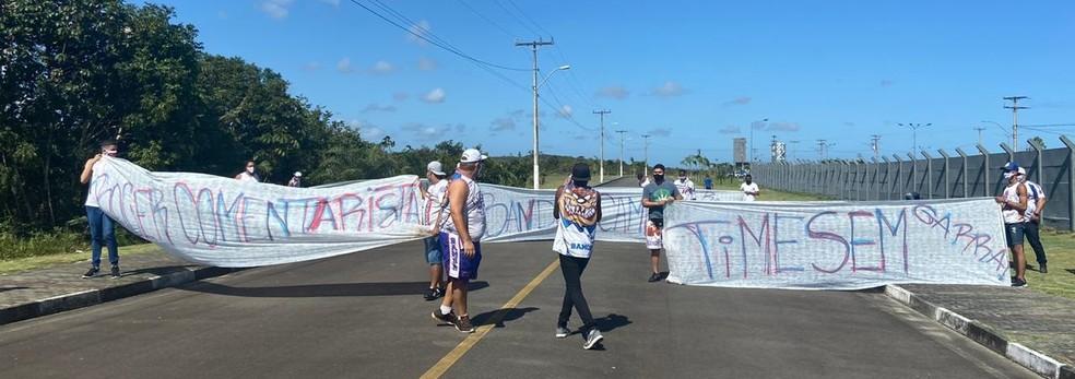 Torcida organizada protesta em frente ao CT do Bahia; presidente conversa  com grupo | bahia | ge