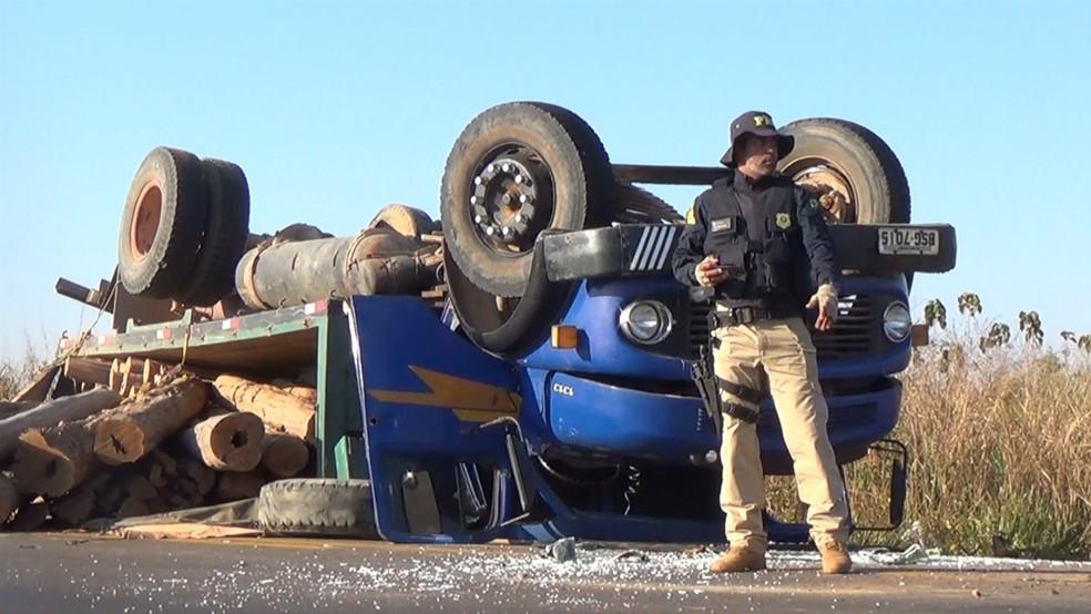 Agente da PRF ajudou no controle do tráfego de veículos — Foto: Reprodução/Rede Amazônica