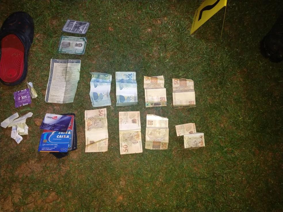 Dinheiro e cartões encontrados com a vítima — Foto: Divulgação/ PM PI