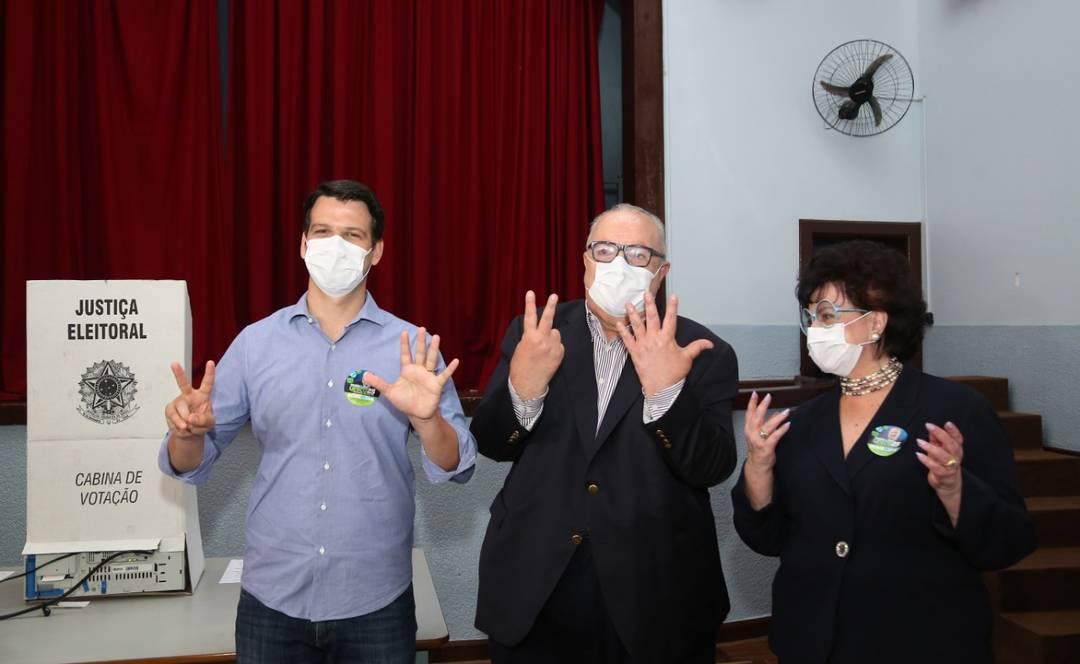 Rafael Greca votou em Curitiba na manhã deste domingo (15) acompanhado da primeira-dama e do candidato a vice-prefeito