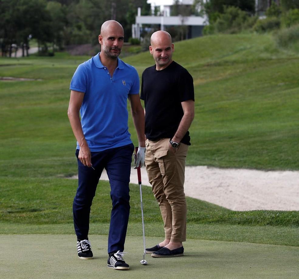 Pere Guardiola, em partida de golfe com o irmão Pep Guardiola — Foto: Arquivo pessoal