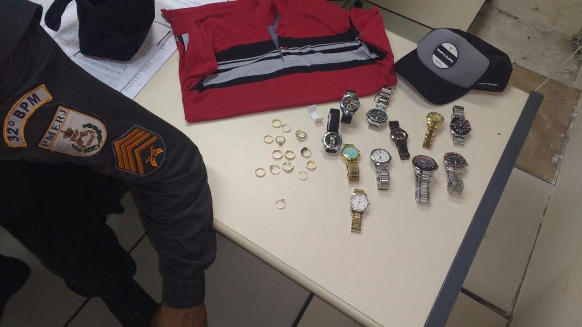 PM detém suspeito envolvido em assalto a joalheria e localiza parte da carga roubada em Macaé, no RJ