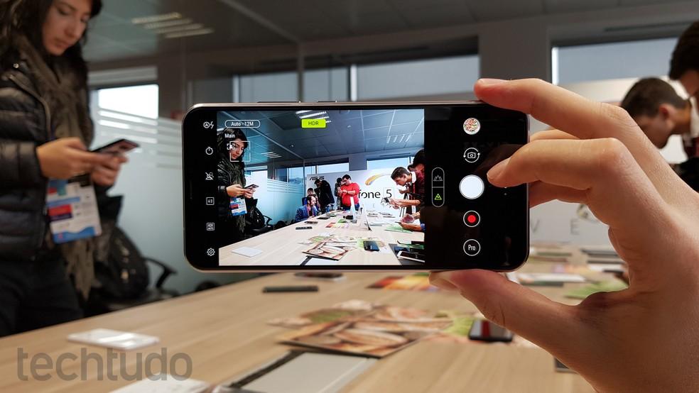 Zenfone 5: Asus aposta em câmera dupla (Foto: Thássius Veloso/TechTudo)