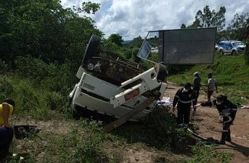 Duas pessoas morrem em acidente envolvendo caminhão na BR-101, recôncavo da Bahia