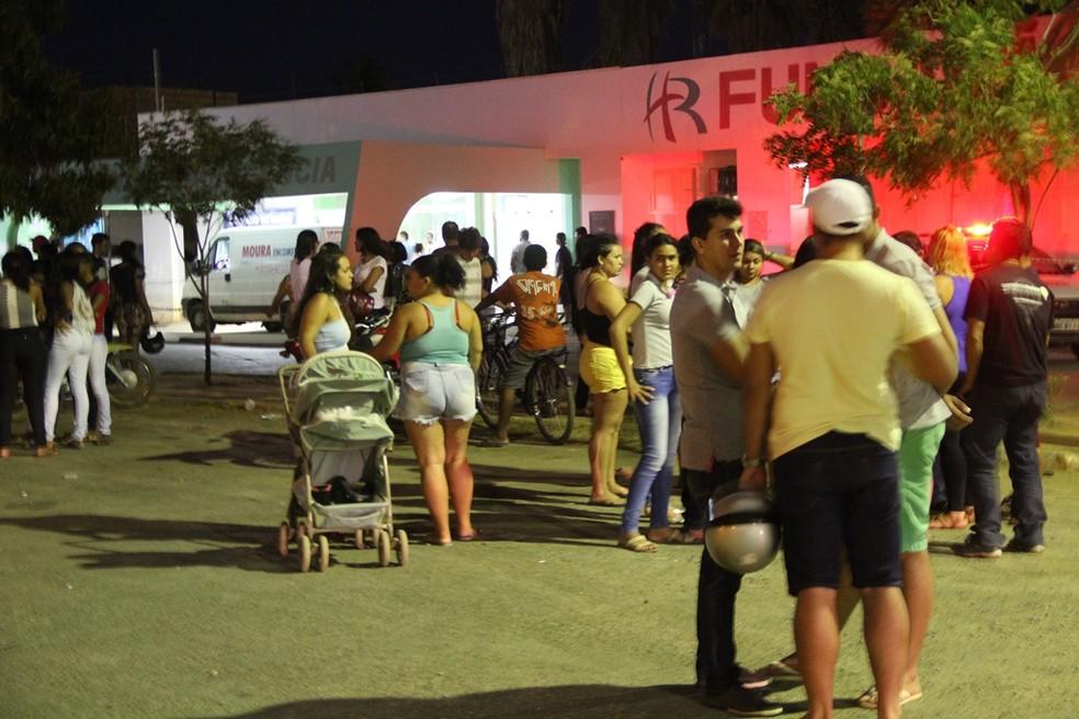 Porta do hospital em Janaúba recebe várias pessoas, entre familiares e população solidária às vítimas (Foto: Fredson Souza/Arquivo pessoal)