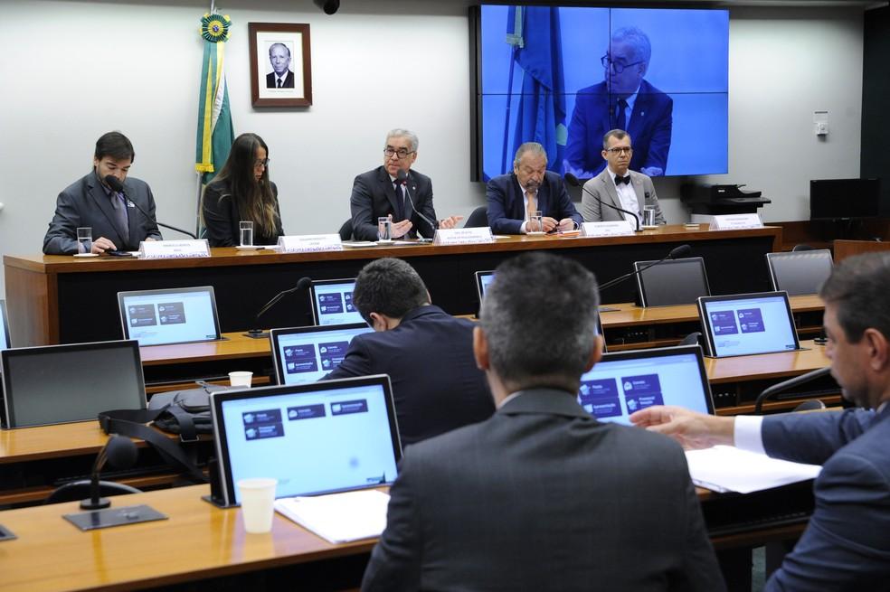 Representantes de empresas aéreas e parlamentares durante sessão da Comissão de Desenvolvimento Econômico, Indústria, Comércio e Serviços da Câmara — Foto: Cleia Viana/Câmara dos Deputados