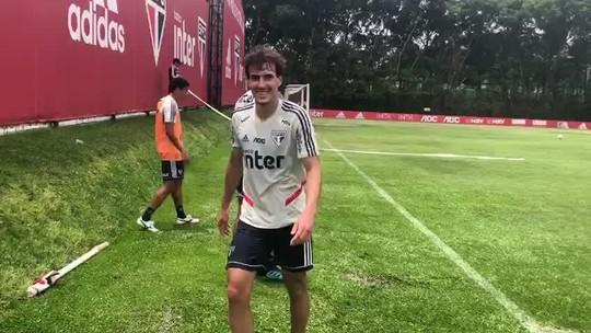 Igor Gomes faz gol olímpico em treino do São Paulo e brinca com os companheiros; veja o vídeo
