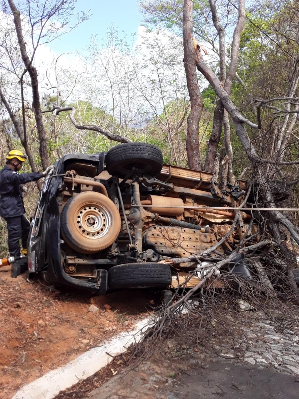 Dois homens ficam presos às ferragens depois de carro bater em árvore e virar de lado em Governador Valadares - Notícias - Plantão Diário
