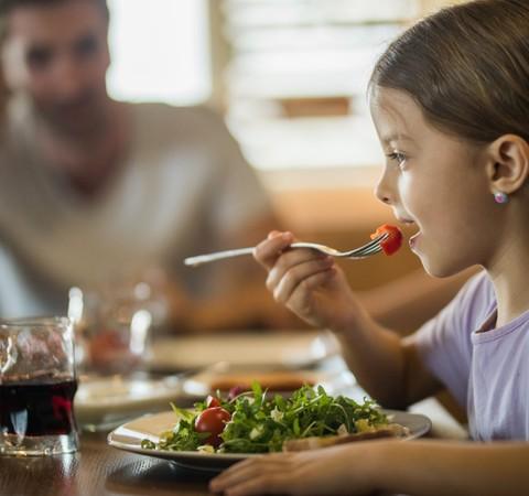 Alimentação saudável pode ajudar mais que atividade física em combate à obesidade infantil, diz estudo