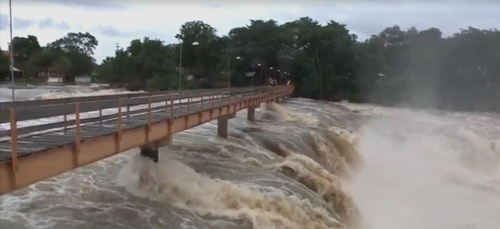 Passarela foi interditada devido à cheia do rio Longá (Foto: Reprodução/TV Clube)