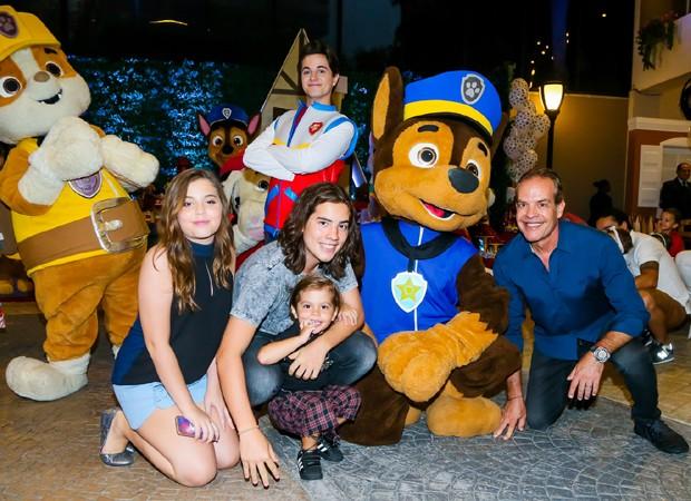 Enzo com o pai, Gilberto, e os irmãos Lara e Eduardo (Foto: Manuela Scarpa/Brazil News)