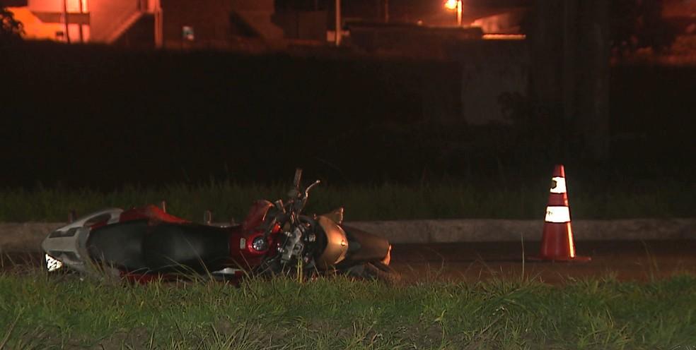 Moto caiu após bater em carroça, na BR-230. (Foto: Reprodução/TV Cabo Branco)