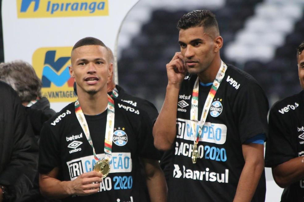 Darlan e Isaque com as medalhas de campeão — Foto: Eduardo Moura/ge