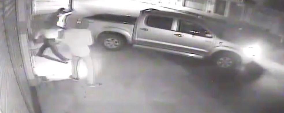 Imagens de câmera de segurança mostram ação dos criminosos — Foto: Reprodução/Inter TV Cabugi