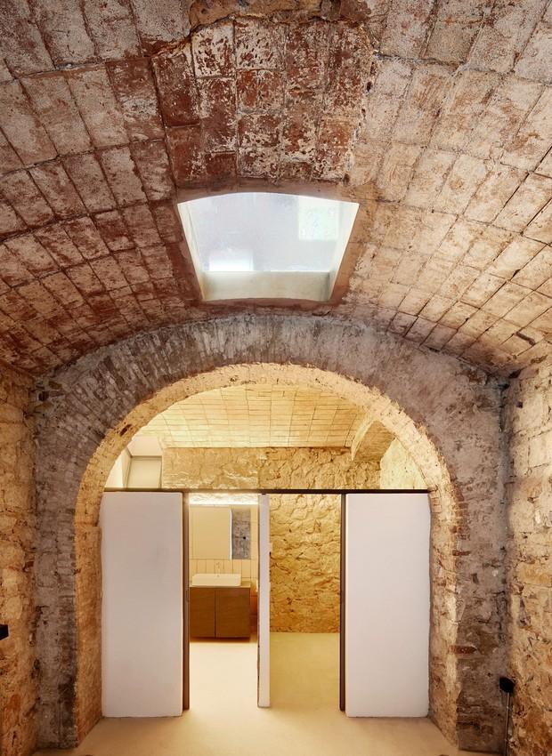 A estrutura arqueada do armazém foi preservada na parte que leva a um banheiro (Foto: José Hevia/ Valentí Albareda/ Divulgação)