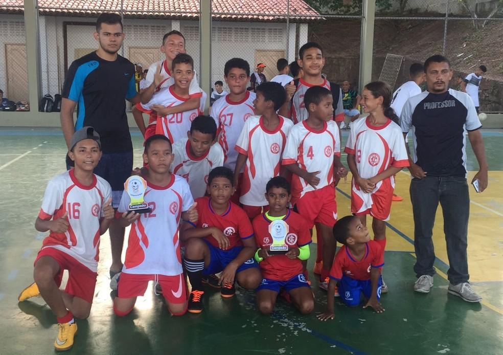 Leonardo Rocha (em pé à esquerda) com o time Inter da Redinha (Foto: Arquivo Pessoal)
