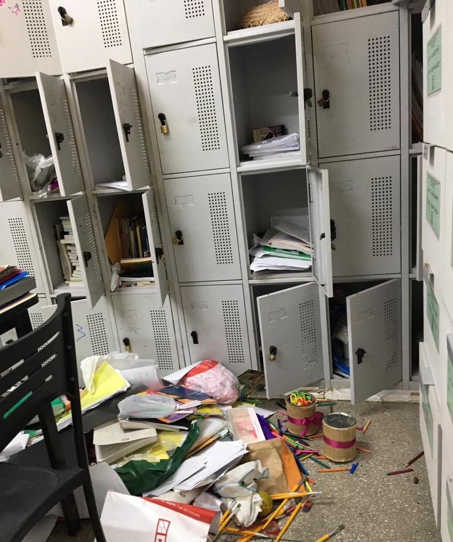 Bandidos reviraram os armários da escola — Foto: Reprodução