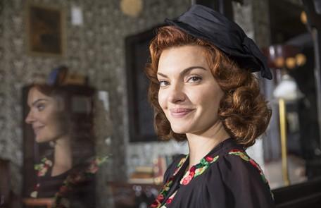 Mayana Neiva entra na história como Karine, a segunda esposa de Assad (Werner Schünemann), uma mulher fútil e interesseira TV Globo