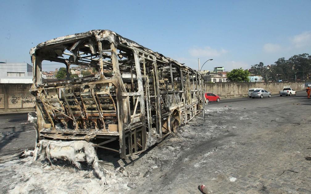 Ônibus queimado no Chapadão  — Foto: Estefan Radovicz/Agência O Dia/Estadão Conteúdo