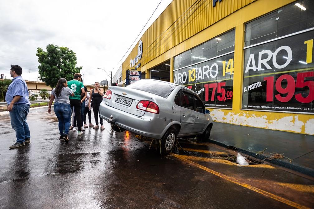 Carros foram danificados durante temporal na tarde desta quarta-feira (20), em Franca (SP)  — Foto: Igor do Vale