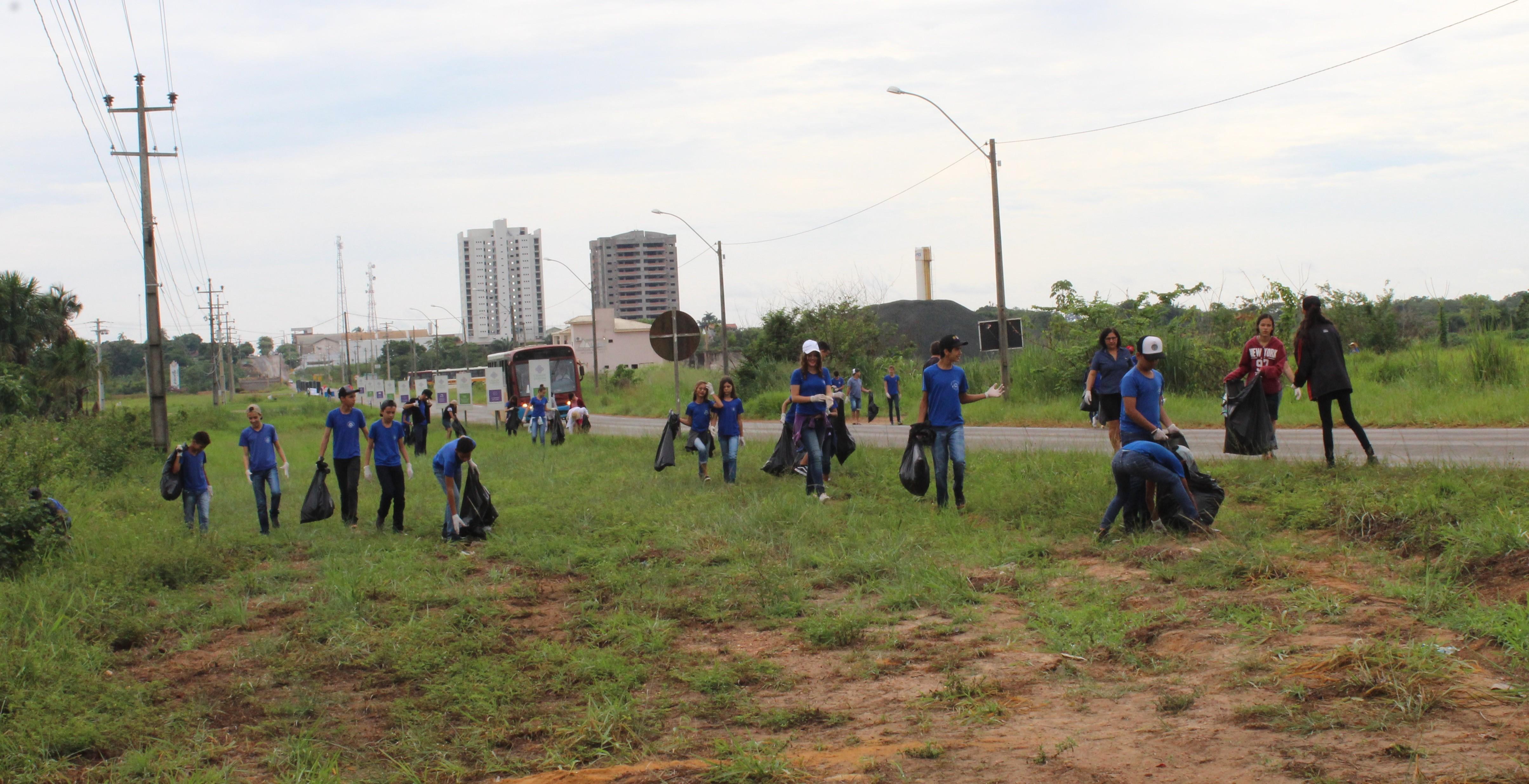 Estudantes recolhem lixo às margens da BR-135 em Ji-Paraná - Radio Evangelho Gospel