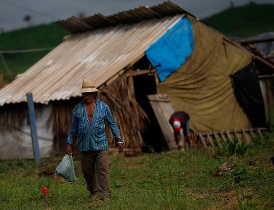 Acampamento sem terra em área de Daniel Dantas. O MST e outros grupos usam acusações contra ele como justificativa para invasões (Foto: ADRIANO MACHADO/AGÊNCIA O GLOBO)