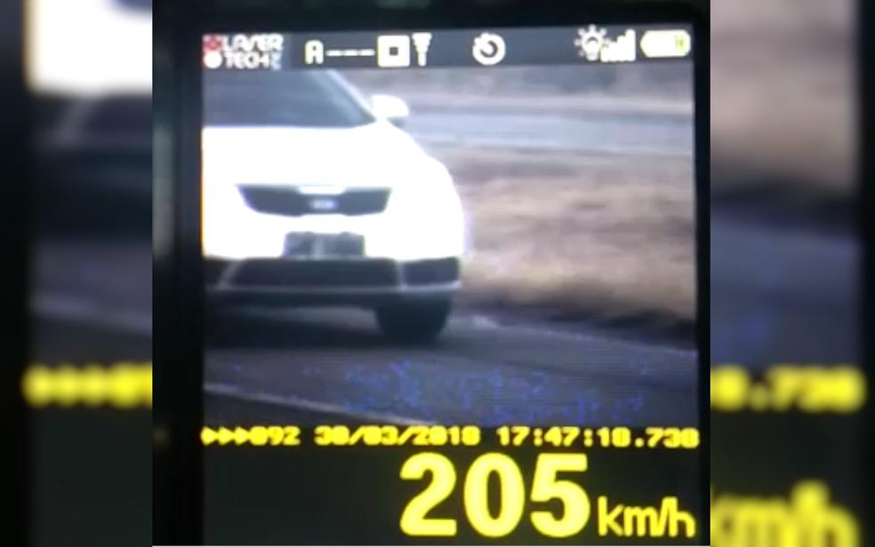 Carro foi flagrado a 205 km/h na BR-153, entre Goiânia e Morrinhos (Foto: PRF/Divulgação)