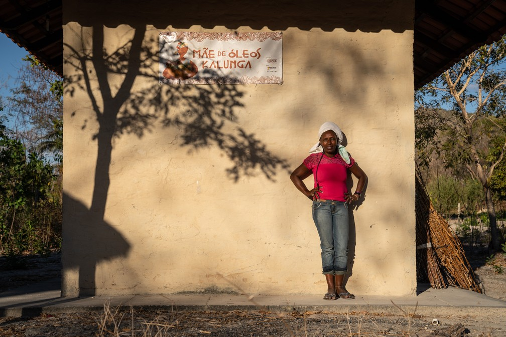 """Dirani Francisco Maia, uma das mulheres que fazem parte do projeto """"Mãe de Óleos Kalunga"""".  — Foto: Fábio Tito/G1"""