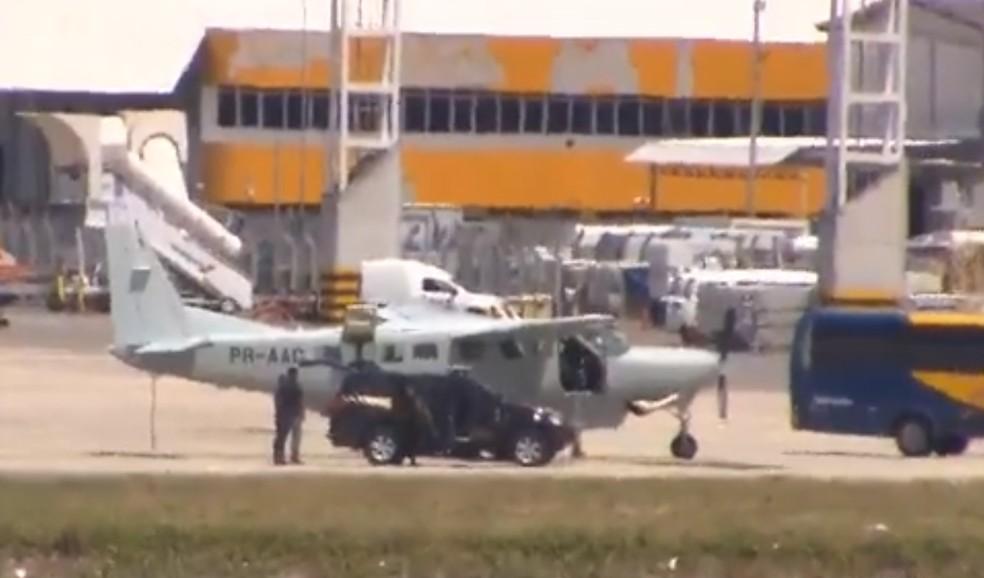 Avião com Geddel pousou no aeroporto de Salvador por volta das 12h30 — Foto: Reprodução/TV Bahia