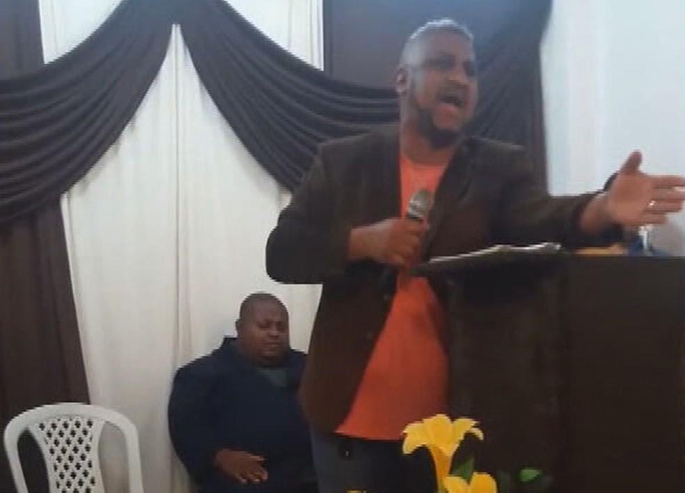 Pastor Elisamar em pregação; ele foi preso nesta quinta (29) — Foto: Reprodução/TV Globo