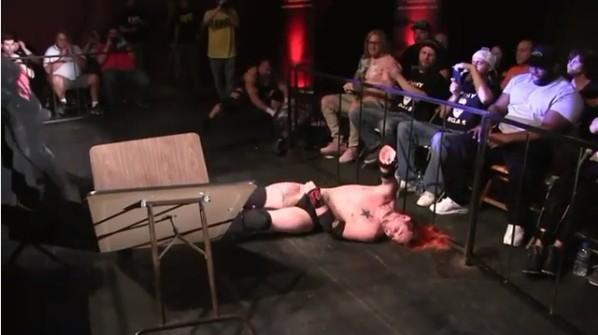 O wrestler norte-americano Shawn Phoenix caído após seu salto errado (Foto: Instagram)