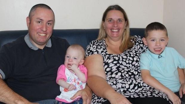 Lacey comemora 1 ano de idade com os pais e o irmão mais velho (Foto: Reprodução/Hospital St George)