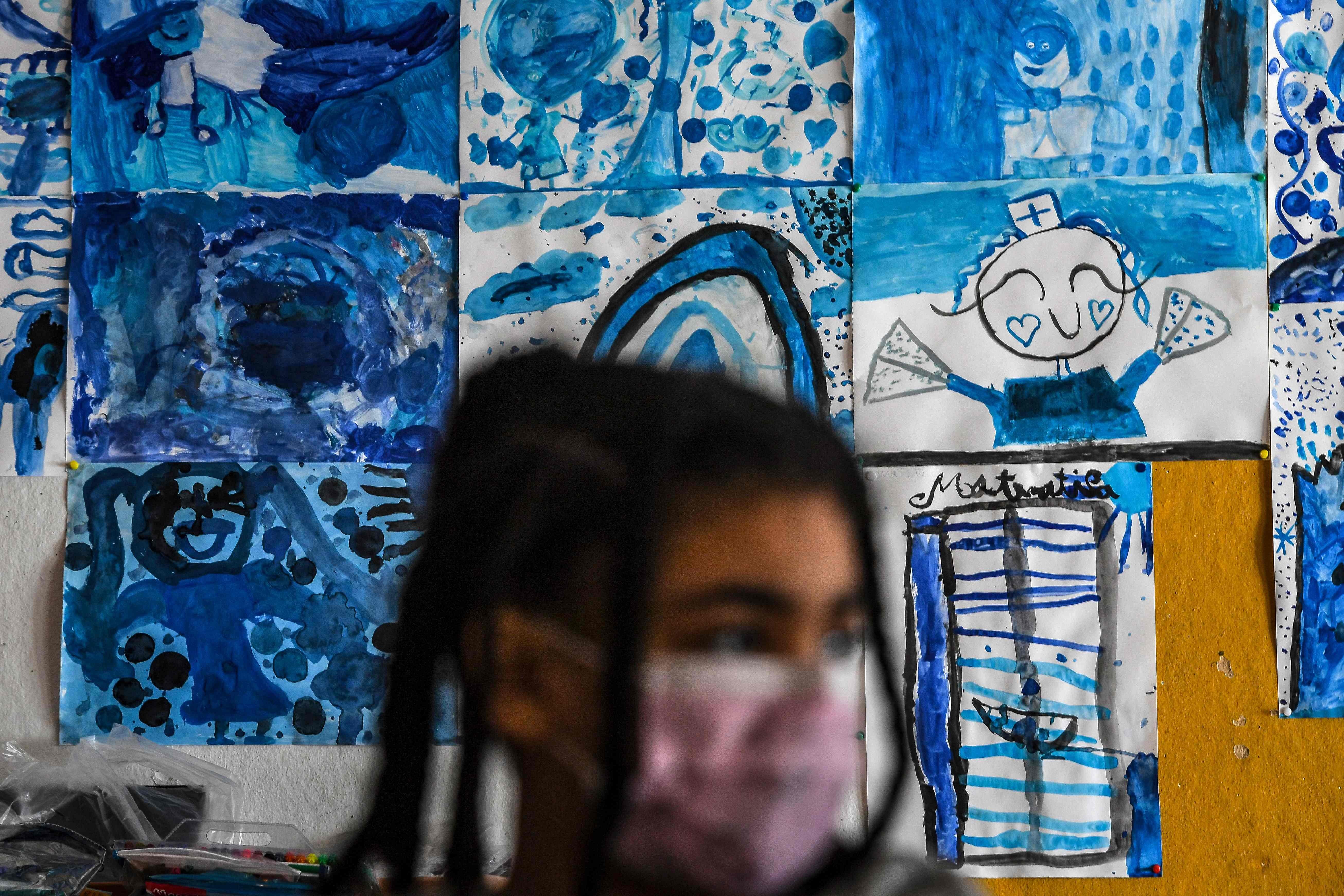 Estudante chega para primeiro dia de aula na reabertura das escolas em Lisboa, Portugal