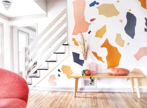Para fugir das paredes brancas, a autora do perfil @houseonasugarhill usou uma paleta em tons quentes, pintados de maneira aleatória para se assemelhar ao terrazzo (Foto: Reprodução Instagram)