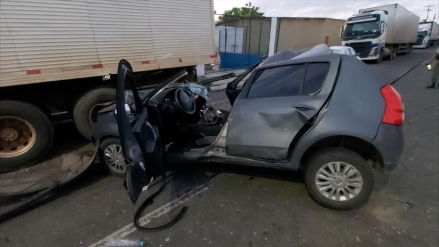 Jovem fica gravemente ferido após colidir carro com caminhão estacionado na Zona Sudeste de Teresina