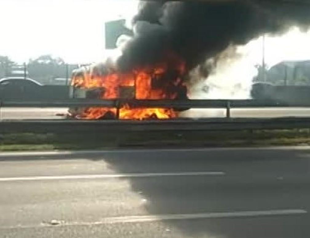 Kombi de pastel e caldo de cana pegou fogo na rodovia Presidente Dutra, na altura de Nova Iguaçu, na Baixada Fluminense — Foto: Reprodução